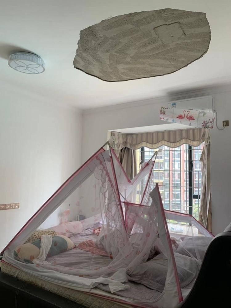 墙体质量问题,装修不合格,主卧天花突然大片跌落,业主腰被砸,6个月宝宝躲过一劫